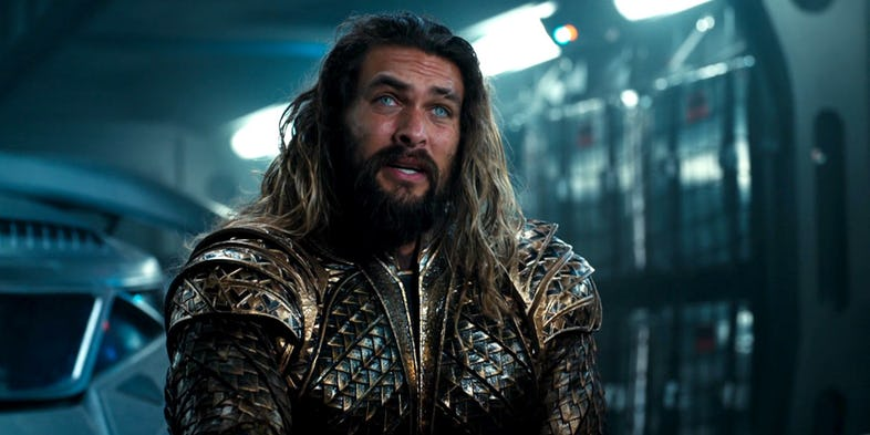 """Jason Momoa (""""Aquaman"""") chartytatywnie rzuca toporami w programie Ellen Show"""