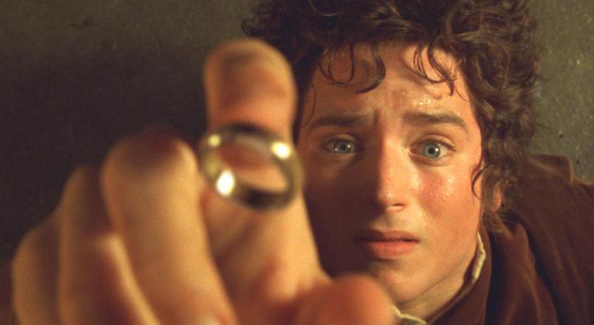 """Elijah Wood jako Frodo Baggins - zdjęcie z filmu """"Władca Pioerścieni. Drużyna Pierścienia"""""""