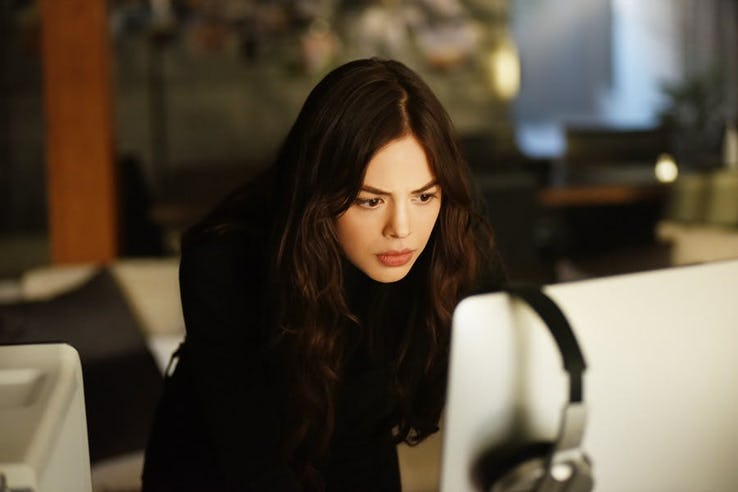 Titans-Donna-Troy-on-computer