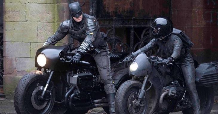 """Zdjęcie z planu """"The Batman"""", prezentujące jednego z kaskaderów na motocyklu Batmana."""