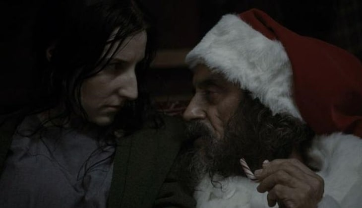 Leigh Emerson w stroju Świętego Mikołaja, AHS